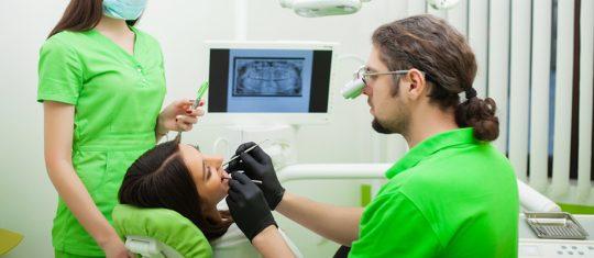 Soigne un dentiste